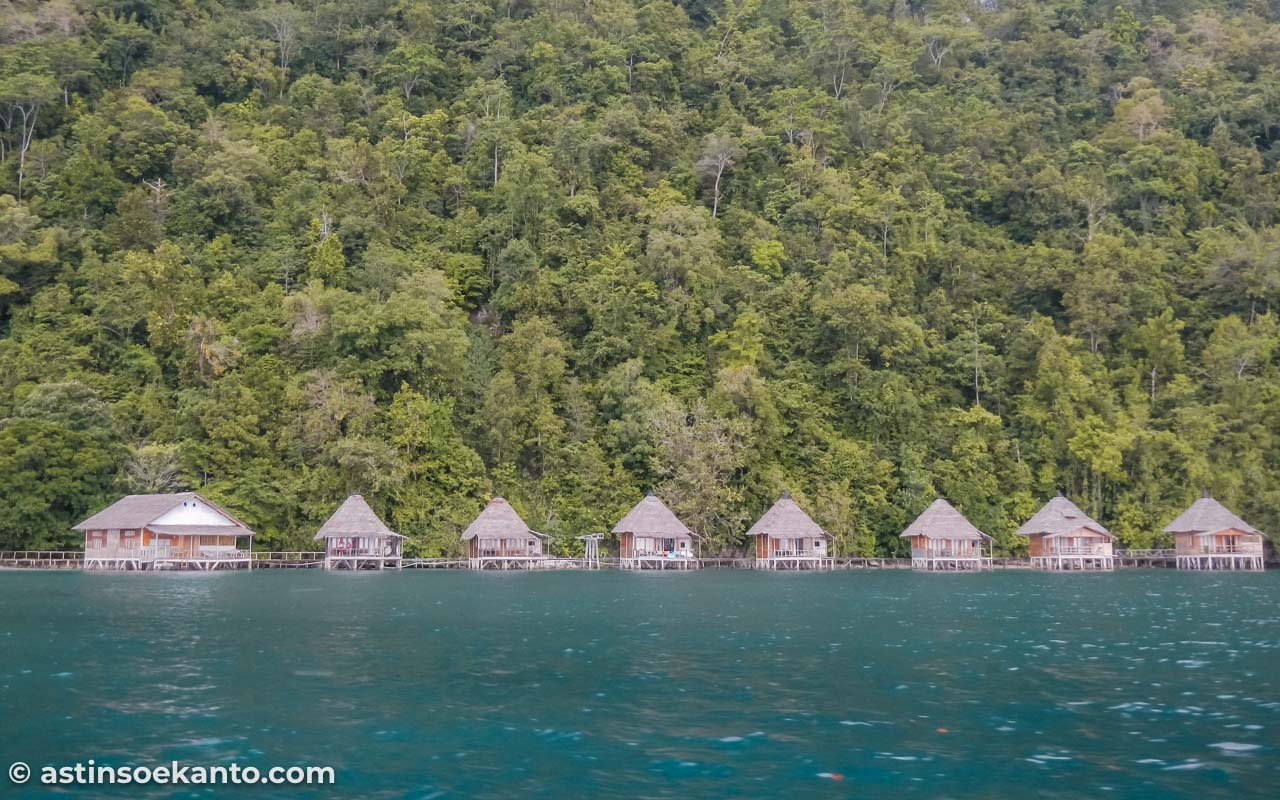 Mengunjungi Pantai Ora Maluku, terlihat dari jauh Ora Beach Resort