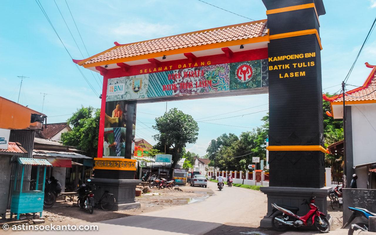Gapura pintu masuk kawasan wisata batik lasem