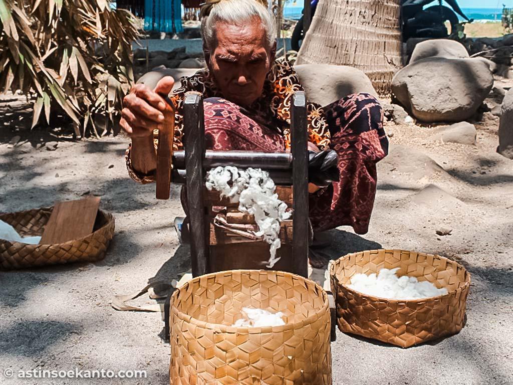 Alat tradisional pemintalan kapas di Desa Sikka Maumere