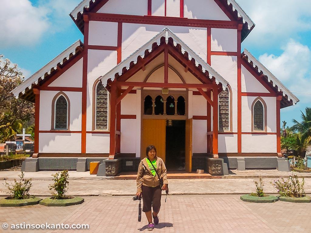 Didepan bangunan Gereja Tua Maumere