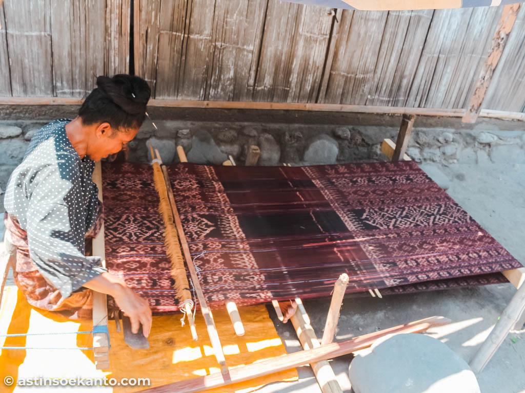 Ibu pengrajin tenun di Desa Sikka Maumere