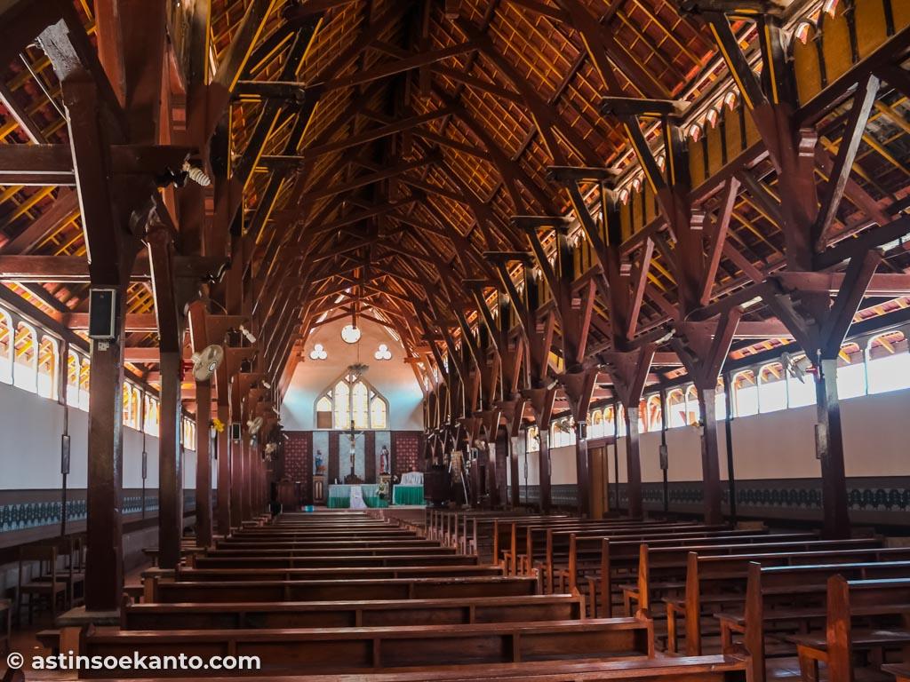 Interior gereja tua di Desa Sikka