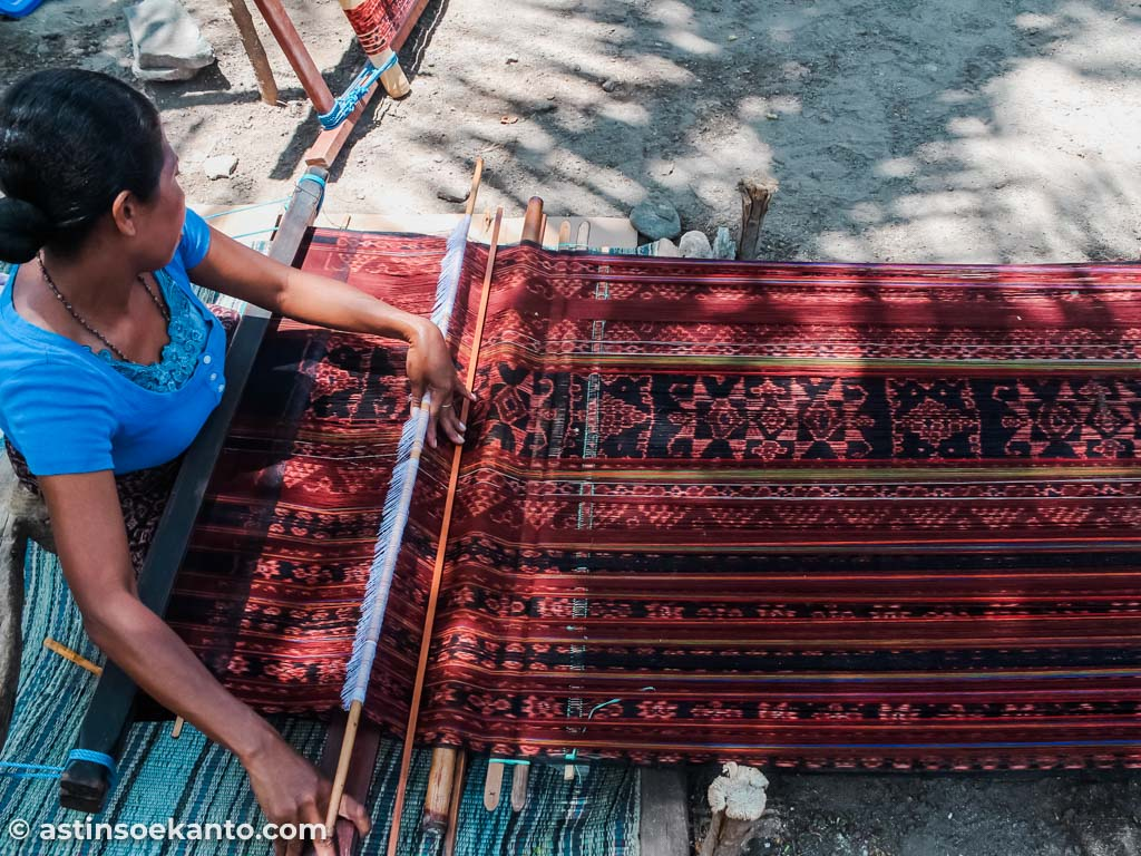 Pengrajin kain Tenun di Desa Sikka Maumere