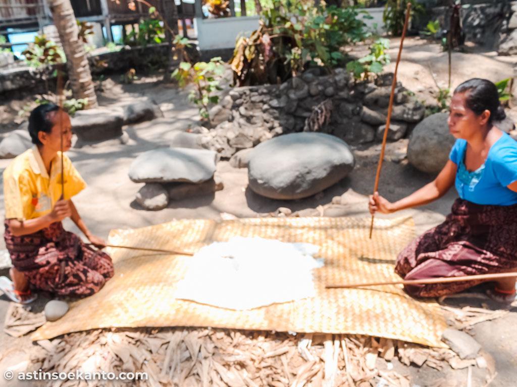 Proses penjemuran kapas di Desa Sikka