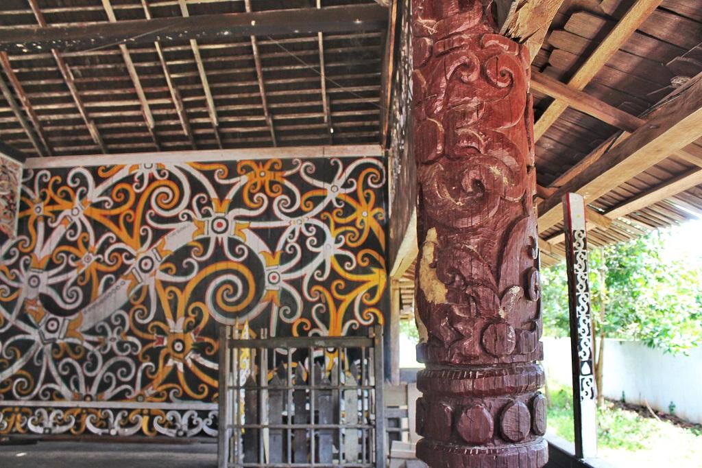 Ukiran di salah satu sudut rumah adat suku Dayak di Pampang. Samarinda