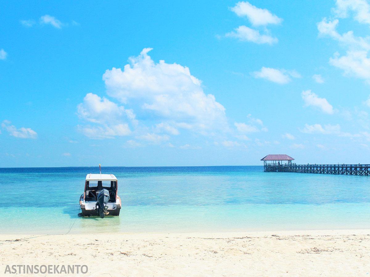Pasir Putih dan Gradasi Laut Pulau Tinabo