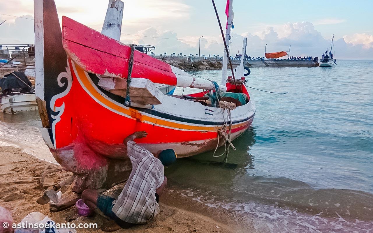 Aktivitas nelayan di Pantai Sembilan
