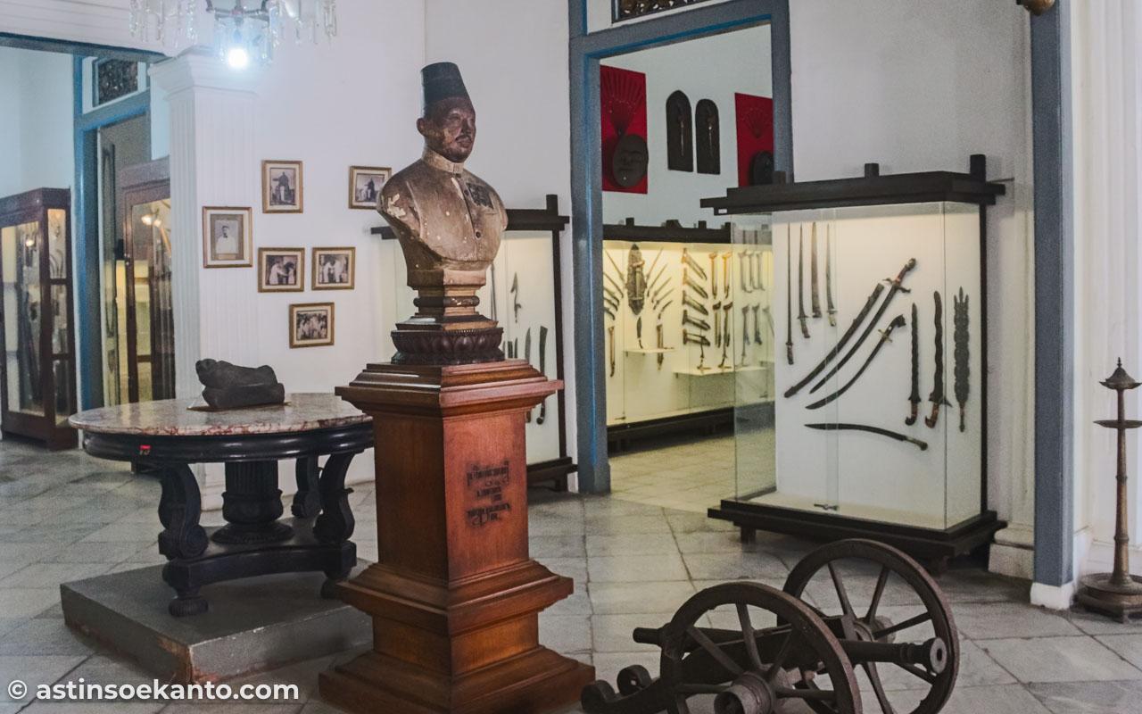 Patung Sosrodiningrat IV, pendiri Museum Radya Pustaka