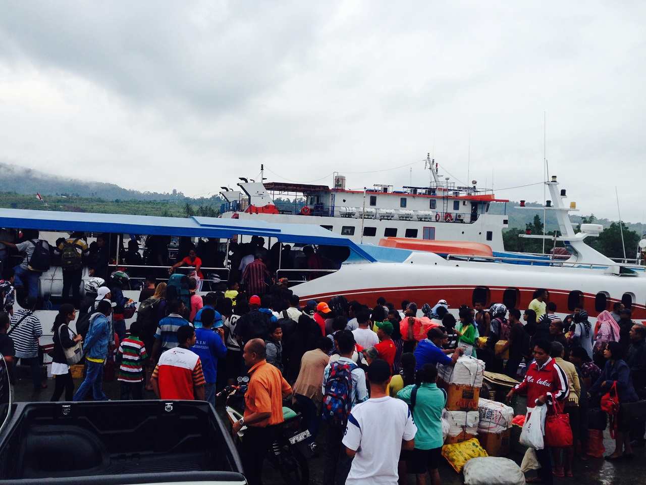 Keramaian di Pelabuhan Hurnala, Ambon. Bersiap menyeberang ke Pelabuhan Amahai