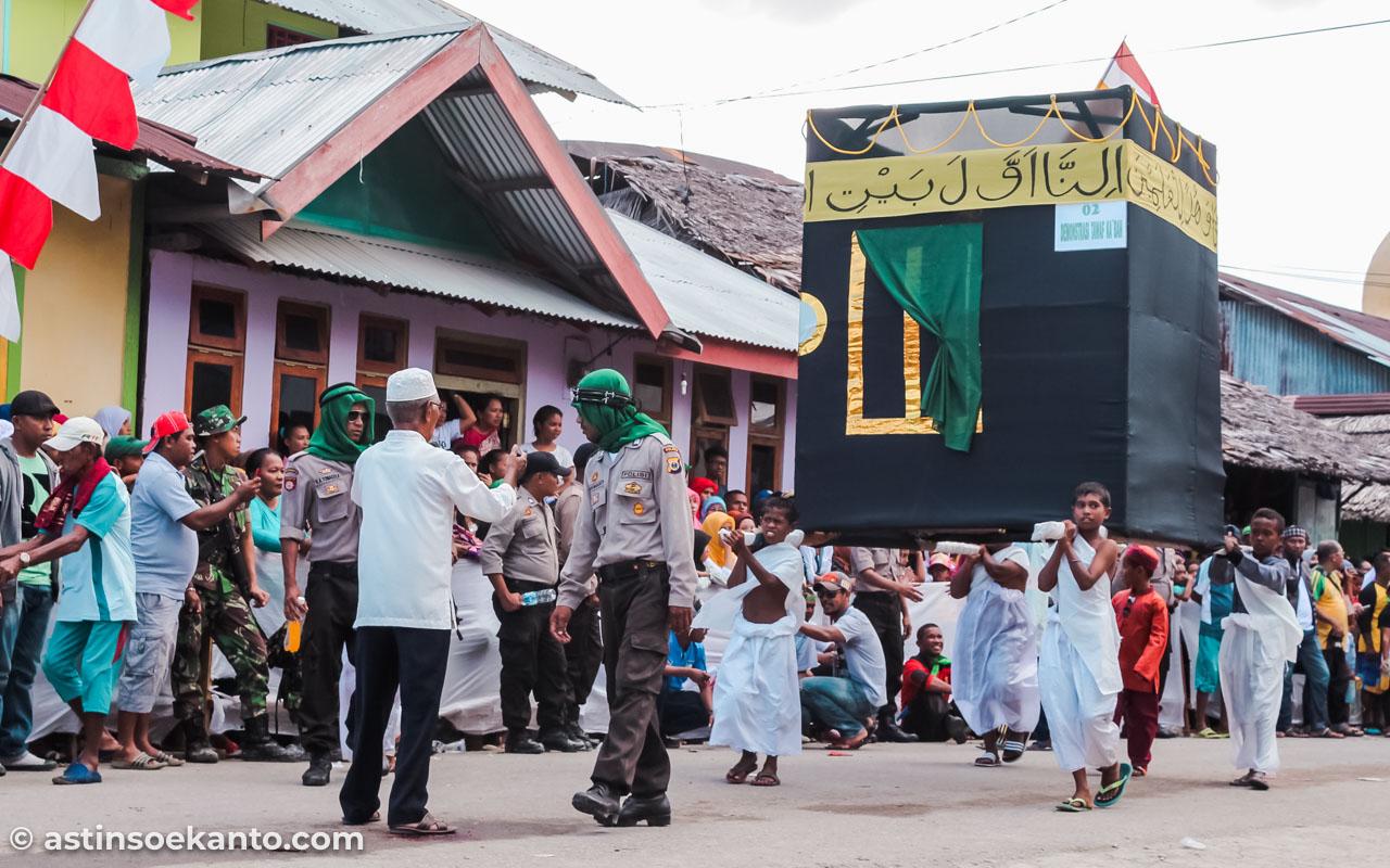 Arak-arakan membawa replika Ka'bah saat Hari Raya Idul Adha