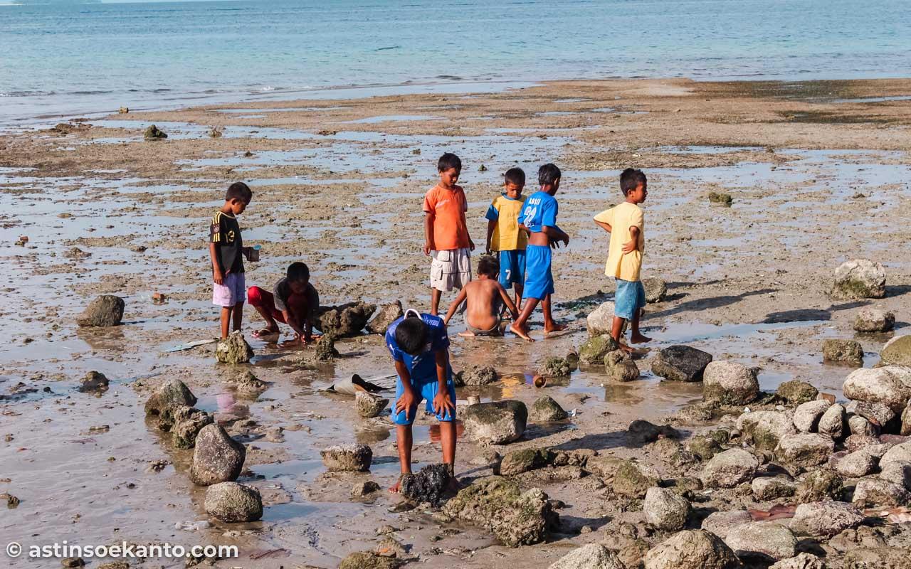 Anak-anak Tulehu bermain di tepi pantai