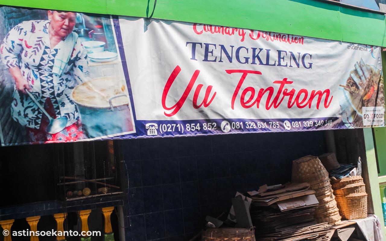 Baliho sederhana di depan rumah dan foto almarhum Yu Tentrem