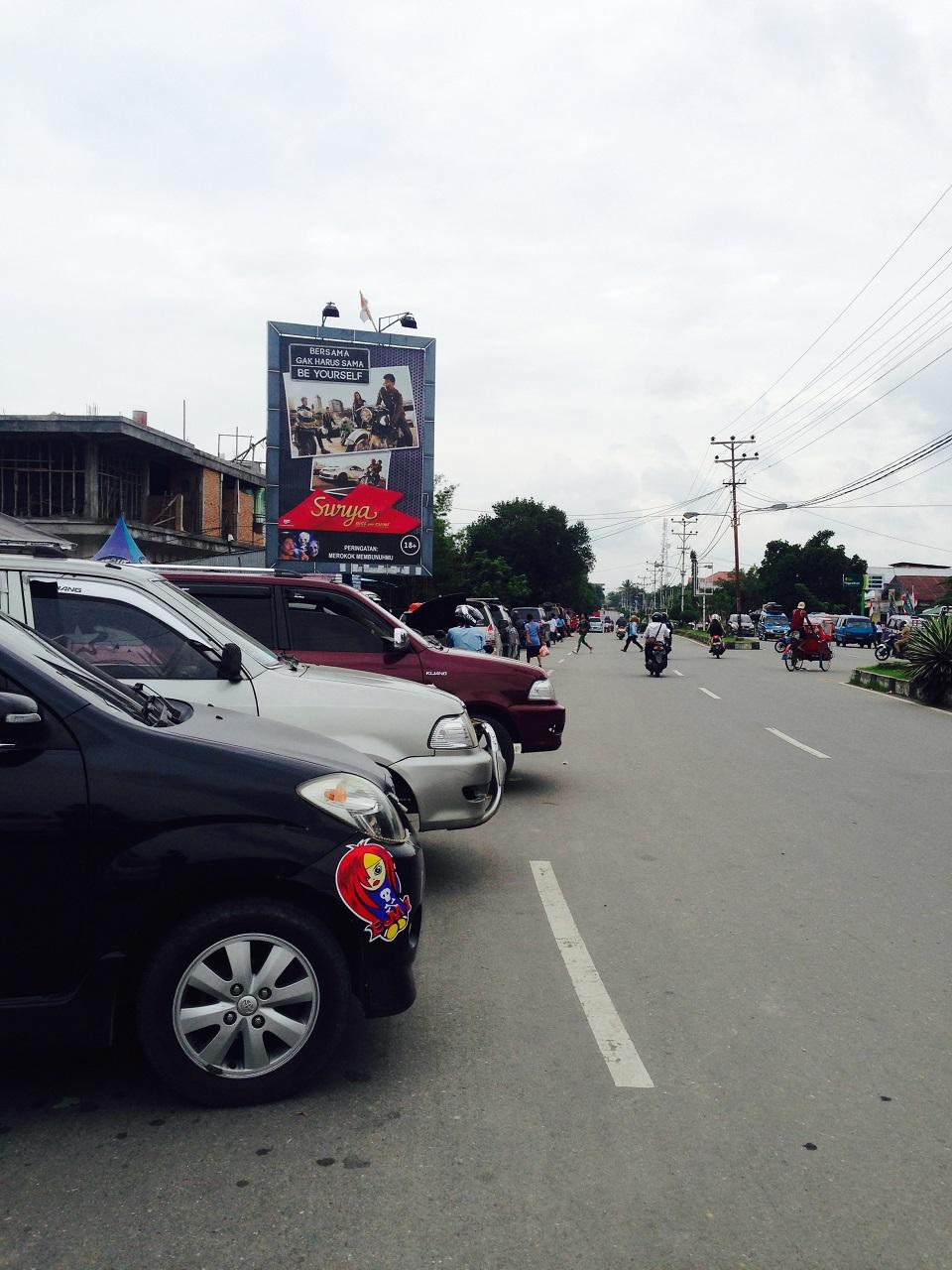 Terminal bayangan di Amahai, Seram,, berjejer mobil plat hitam yang disebut taxi