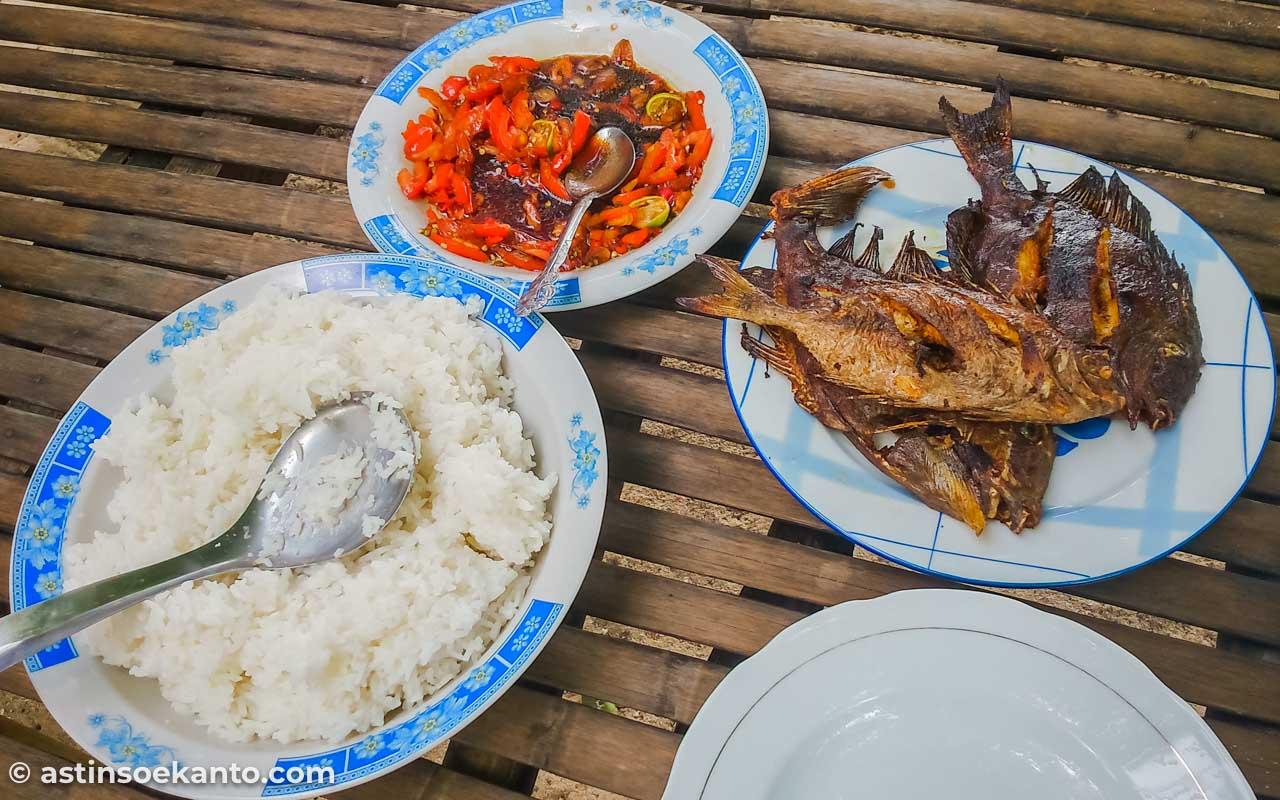 Ikan Baronang bakar, menu siang di Samalona