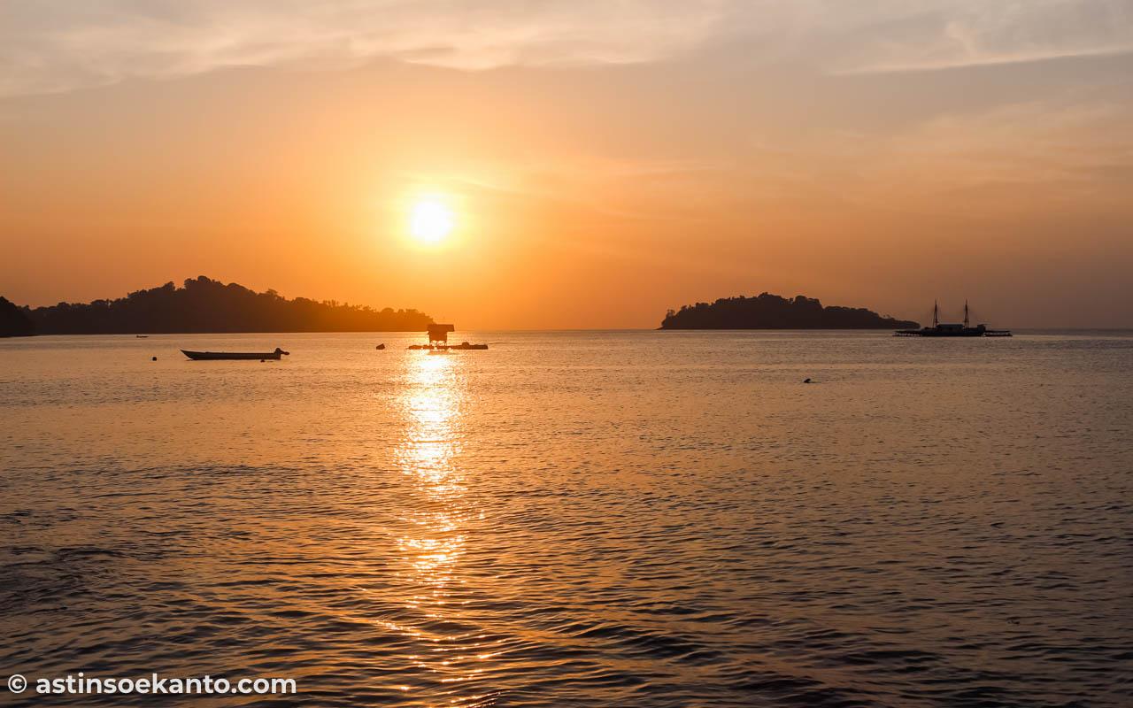 Matahari terbenam di Pulau Nusa Telu