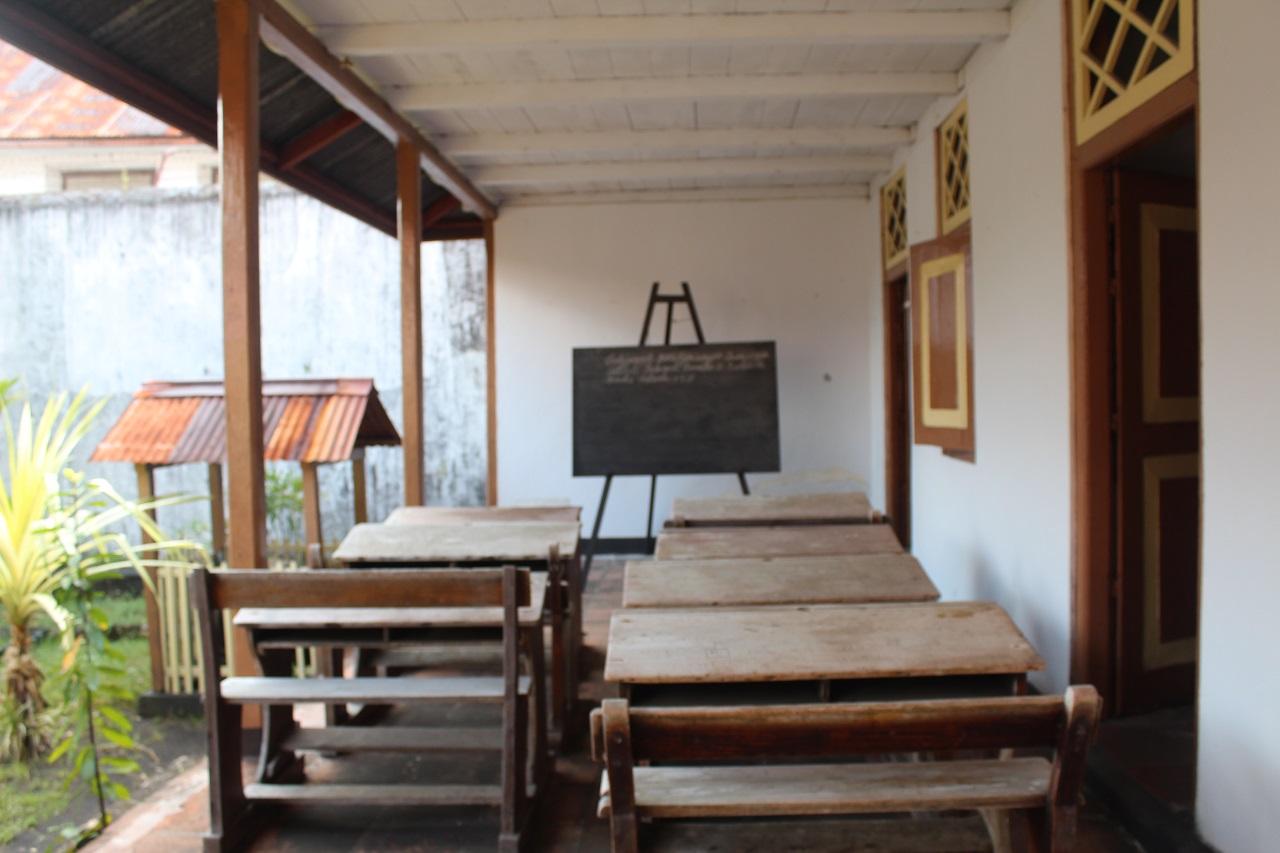 Bangku tempat dulu Bung Hatta mengajar anak-anak Banda Neira