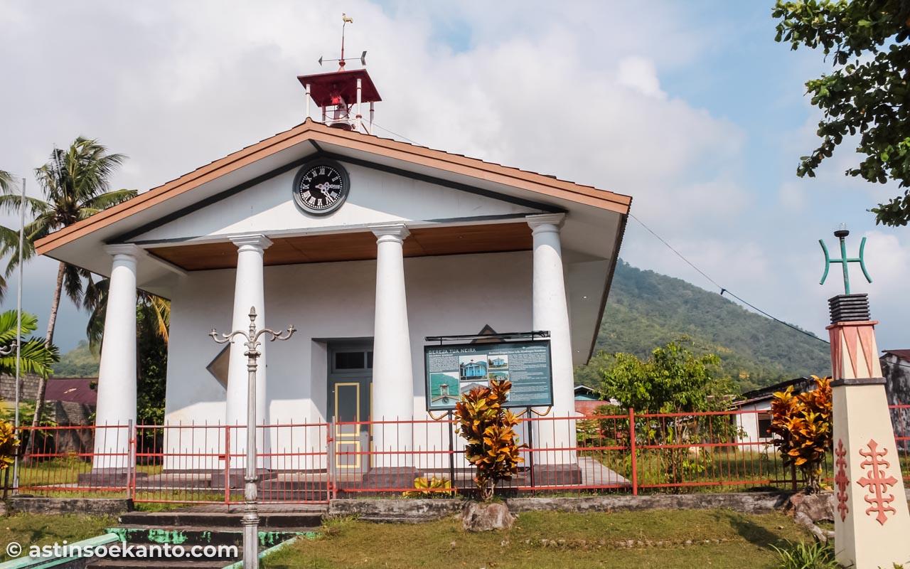 Gereja Tua Neira Di bangun di atas pusara 30 prajurit Belanda yang gugur saat perang menaklukan rakyat Banda.