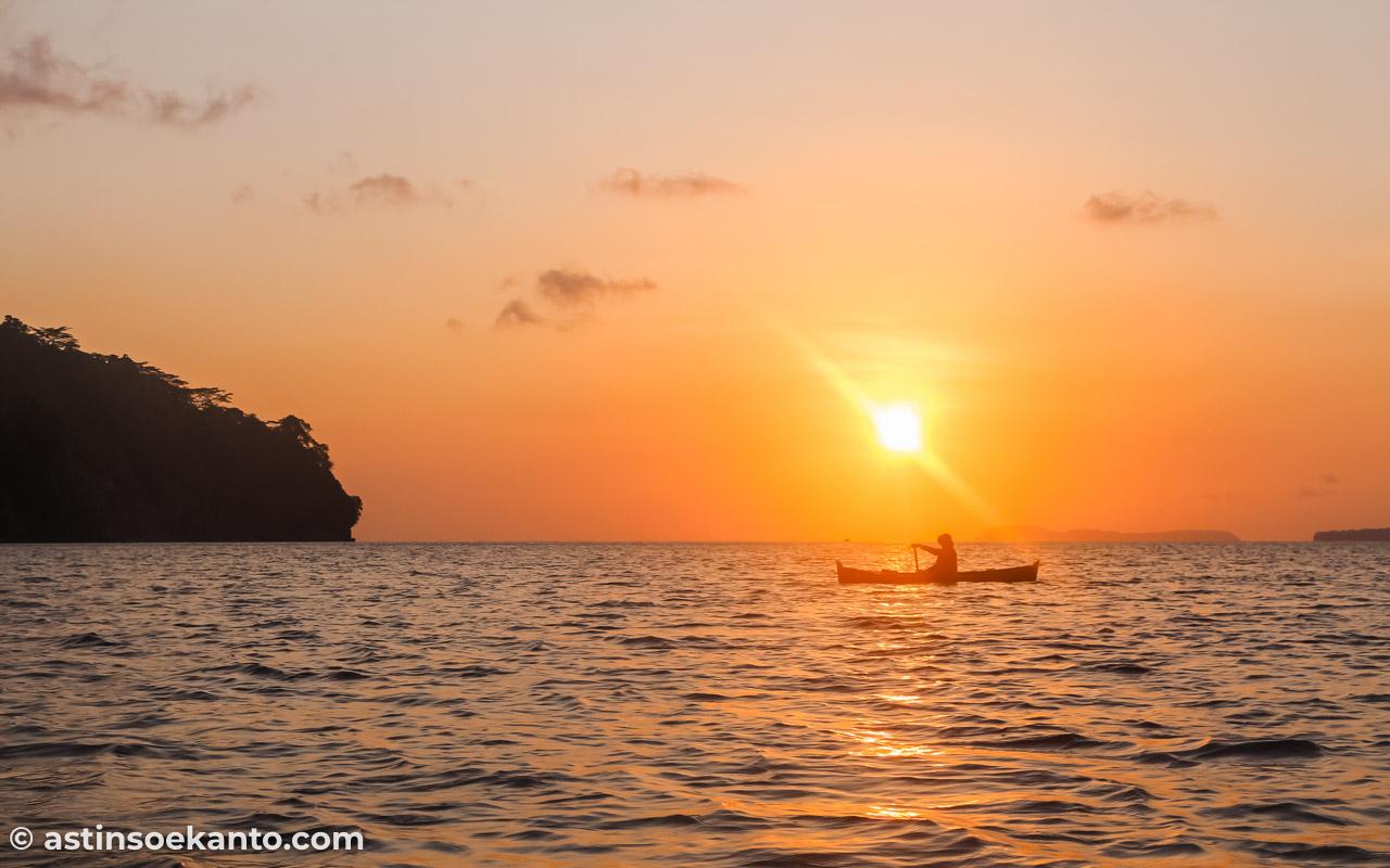 Sunset yang kece di perairan Desa Lonthoir, Banda Besar