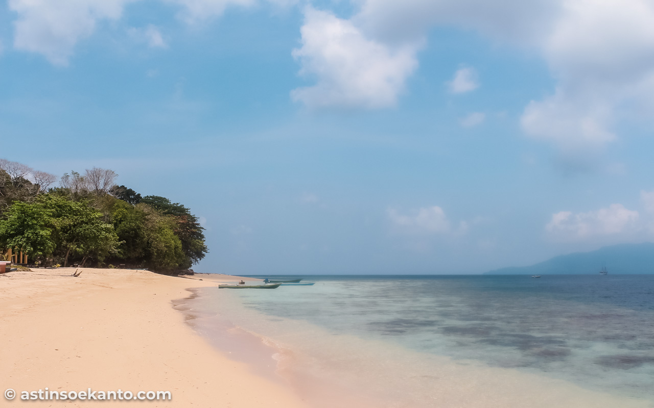 Bibir pantai Pulau Hatta yang menawan