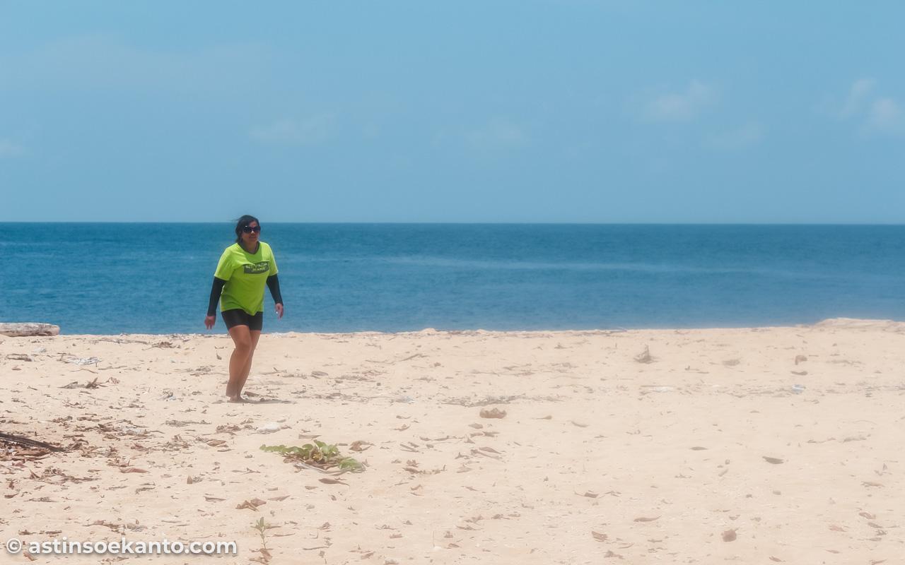 Mampir sejenak sandar ke Pulau Hatta untuk sekedar menginjakkan kaki di pasir putihnya