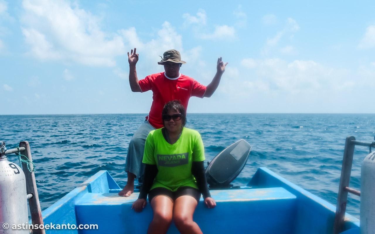 Saya dan Pak Kapten kapal berpose bersama