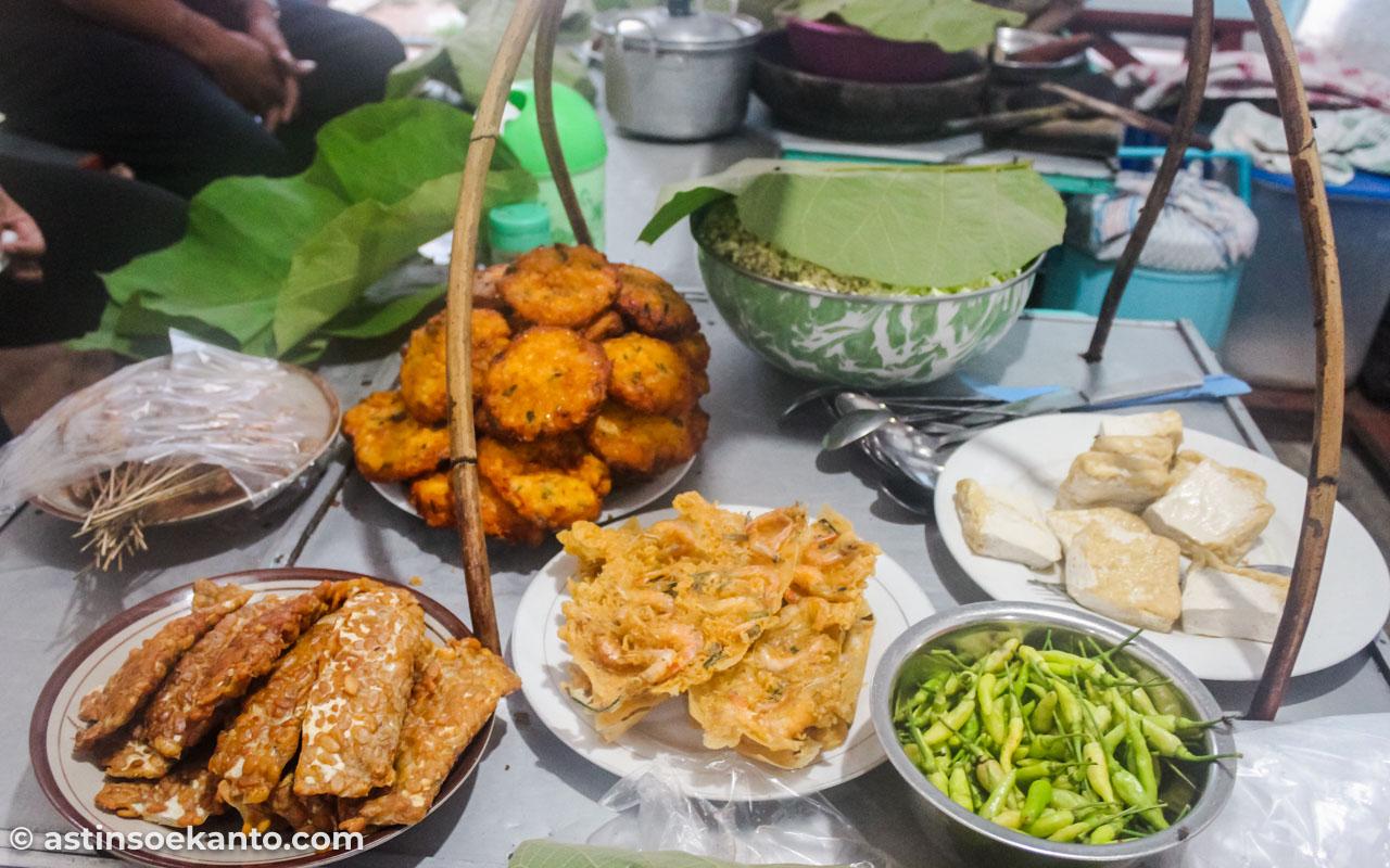 Aneka cemilan dan gorengan di Warung Tenda Biru Sate Srepeh
