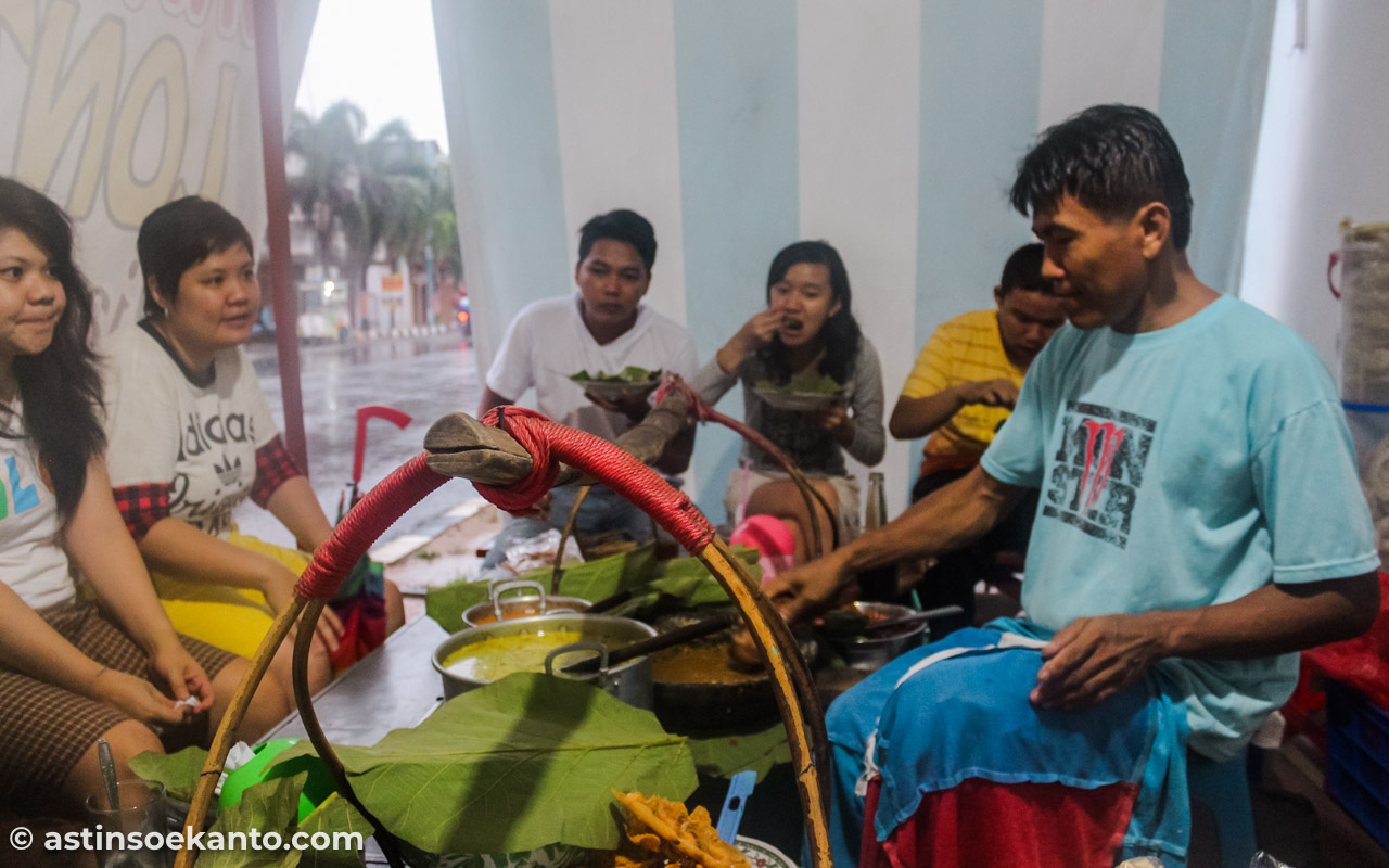 Penjual Sate Srepeh tengah menghaluskan bumbu di cobek