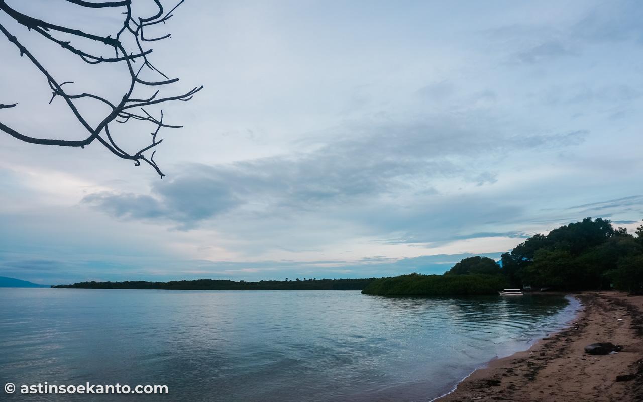 Mendung menghalangi kami bertemu sunrise di Pantai Bama Baluran