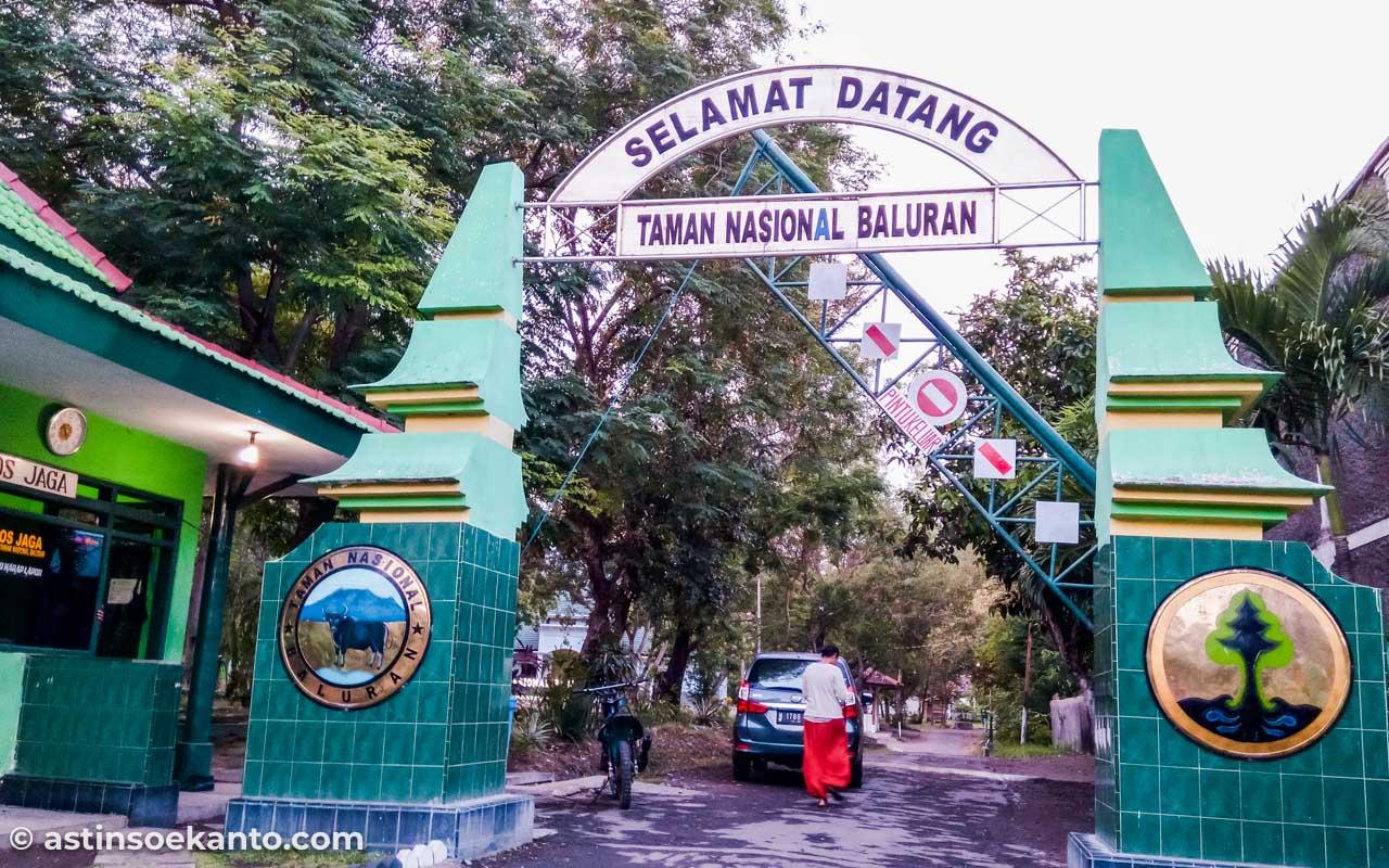 Gerbang pintu masuk ke Taman Nasional Baluran
