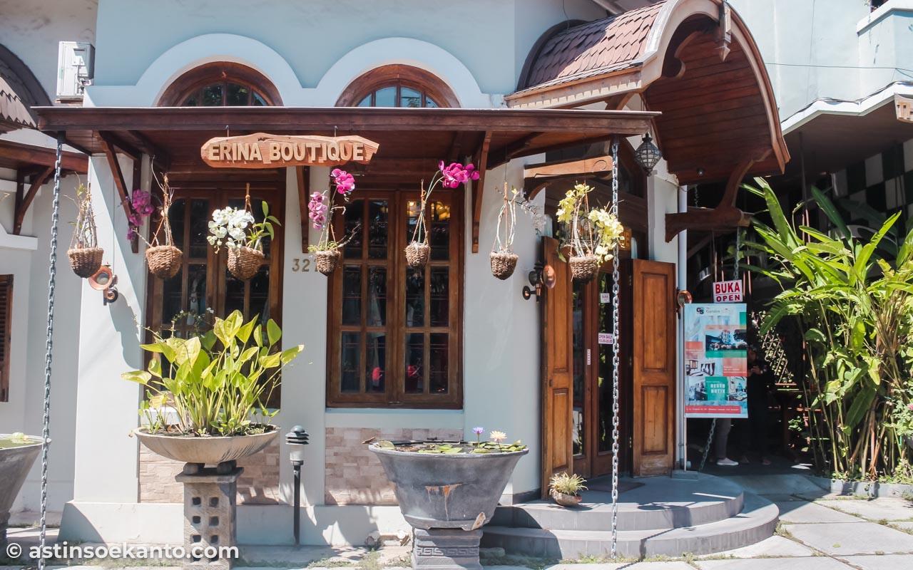 Butik klasik yang ada di depan sebelah kiri hotel The Garden Suites Solo