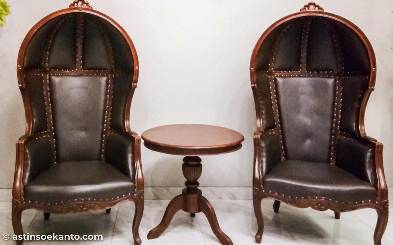 Hampir semua furniture di The Garden Suites Hotel terbuat dari kayu