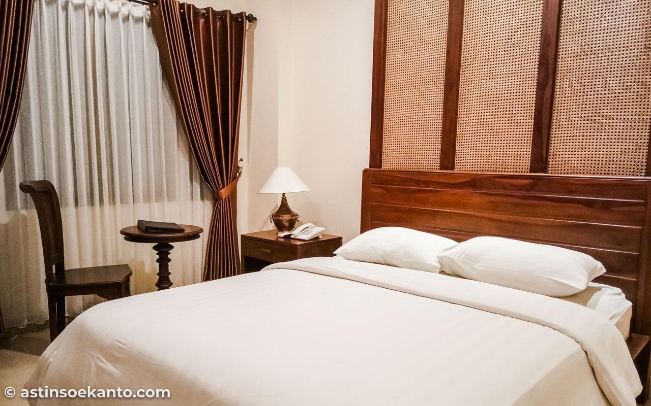 Ruangan di kamar The Garden Suites Solo cukup luas dan kasurnya empuk banget!