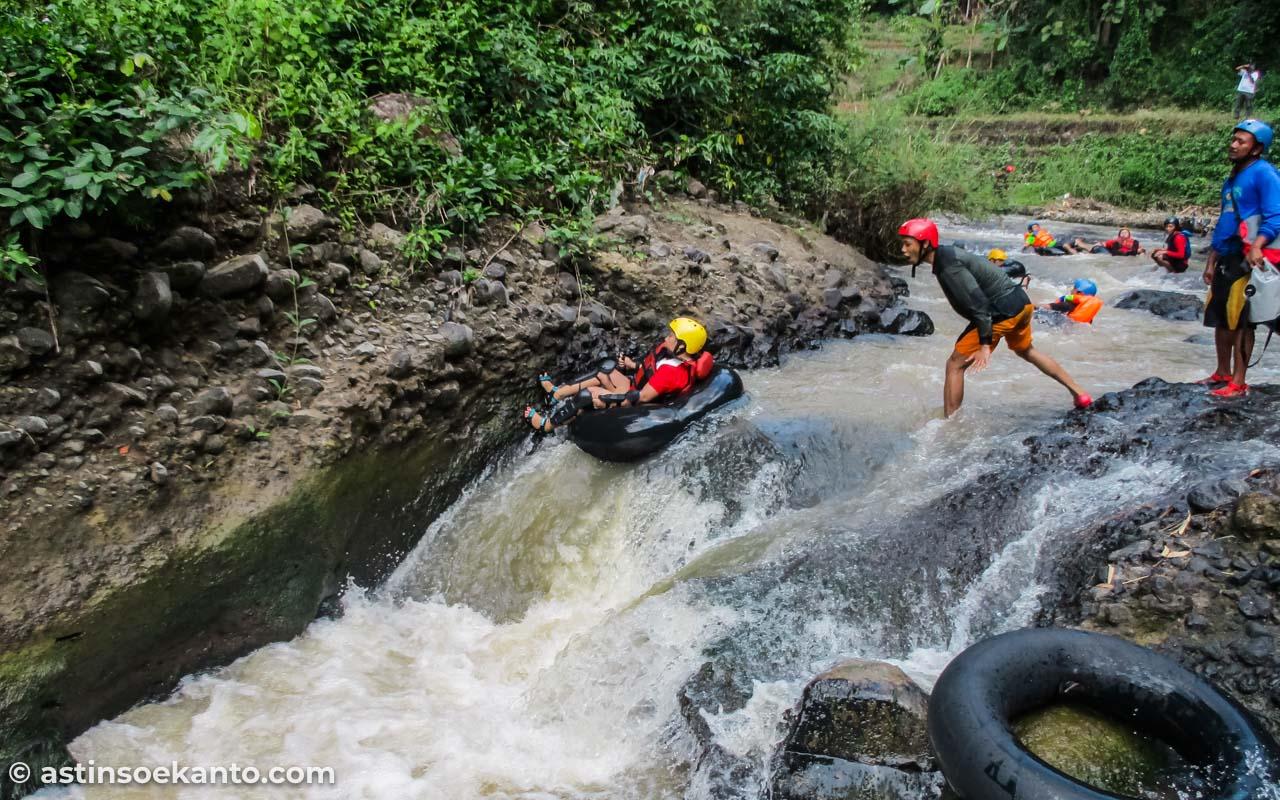 Di rintangan tubing Sungai Kreo di sini,, saya terbalik dan terantuk batu hingga lebam
