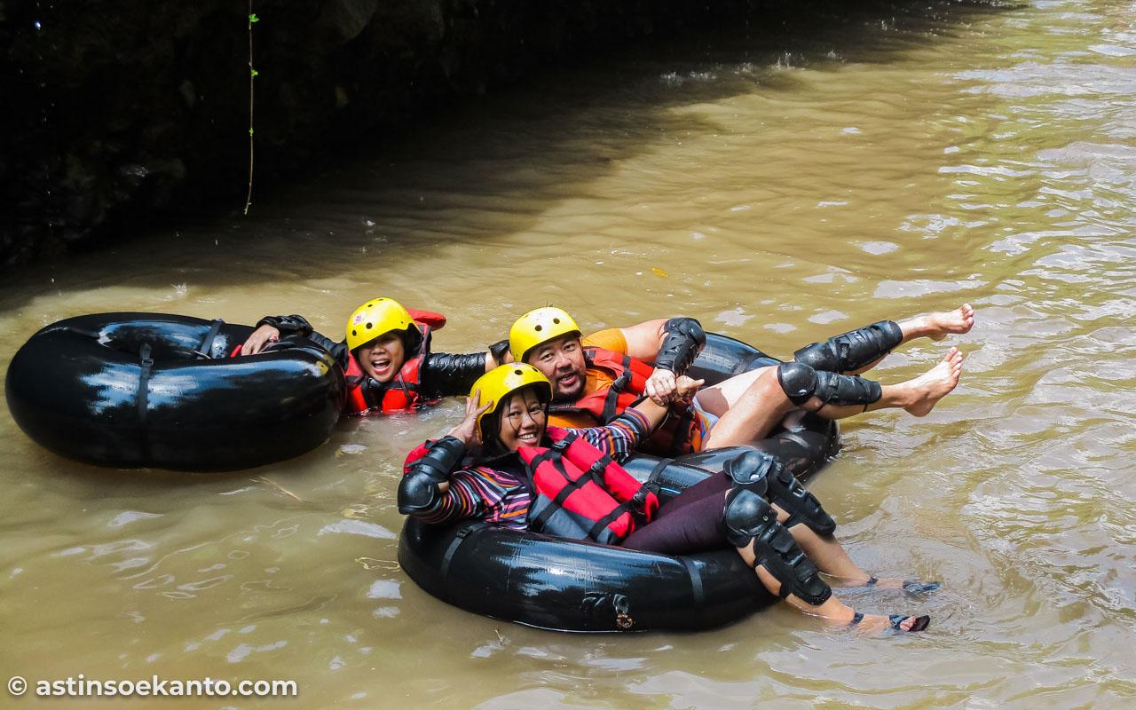 Tubing di Sungai Kreo wajib pakai perlengkapan safety. Right?