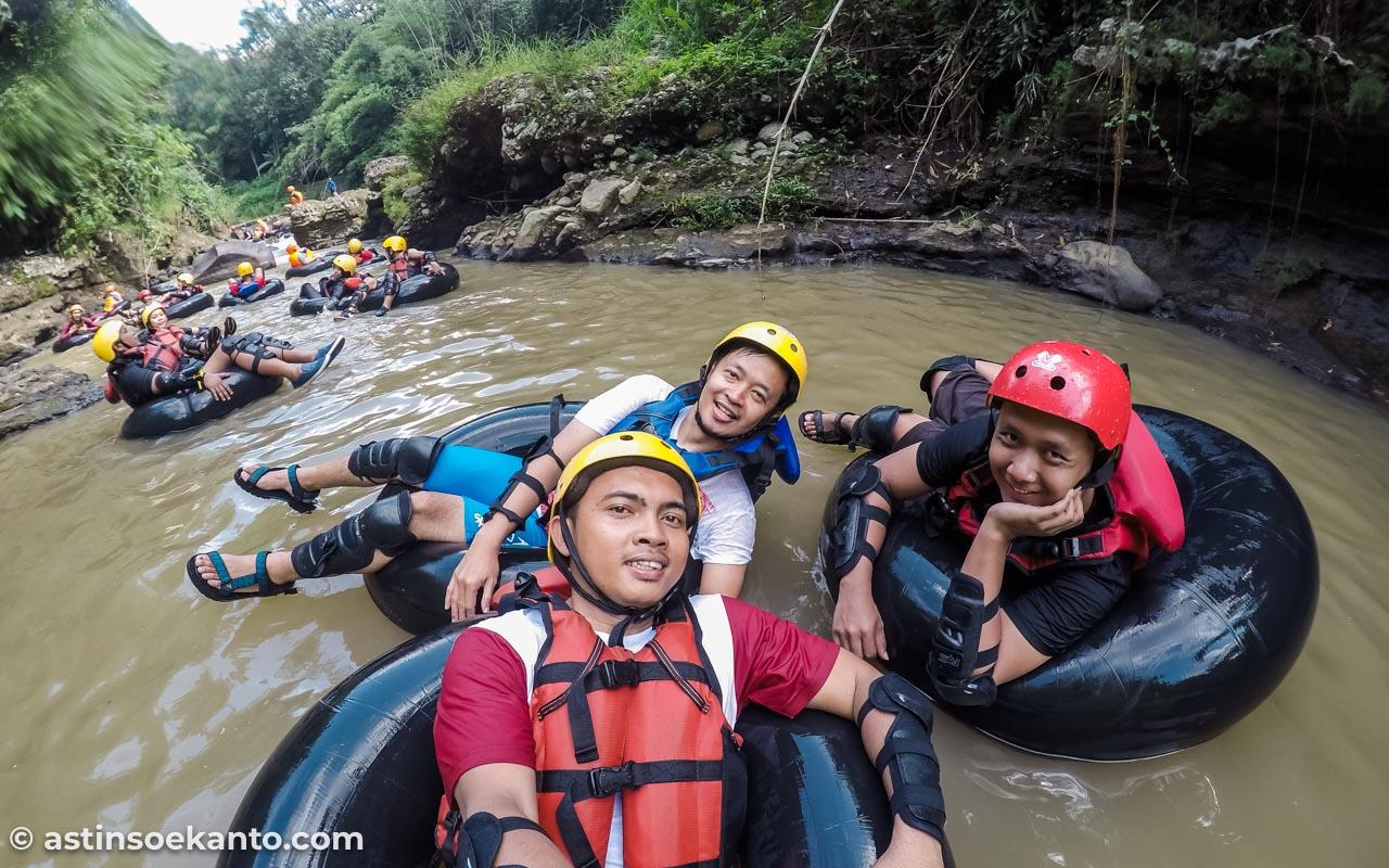 3 Sekawan travel blogger ini menebar senyum, tak gentar melewati pos-pos rintangan selama tubing di Sungai Kreo