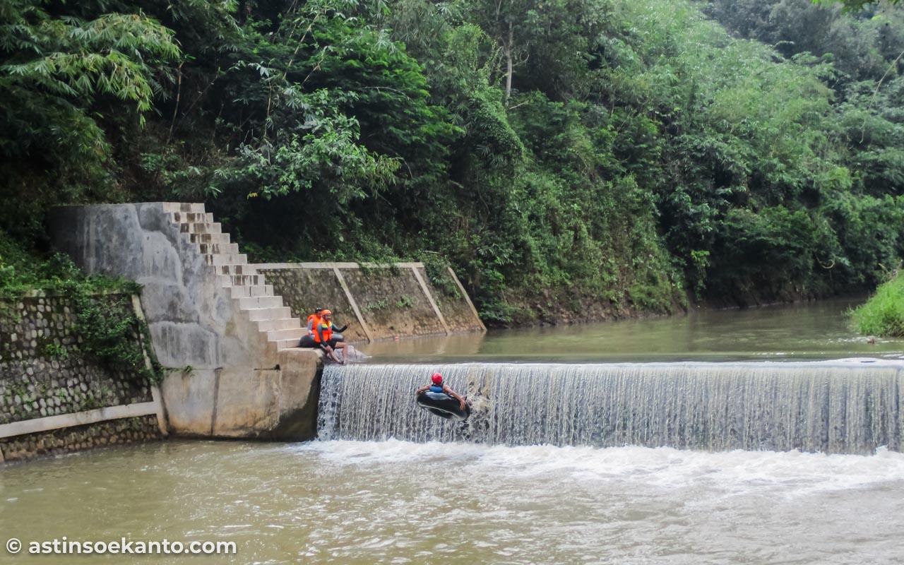 Rintangan pertama tubing Sungai Kreo: balik badan sembari terjun dari dam setinggi 4 meter