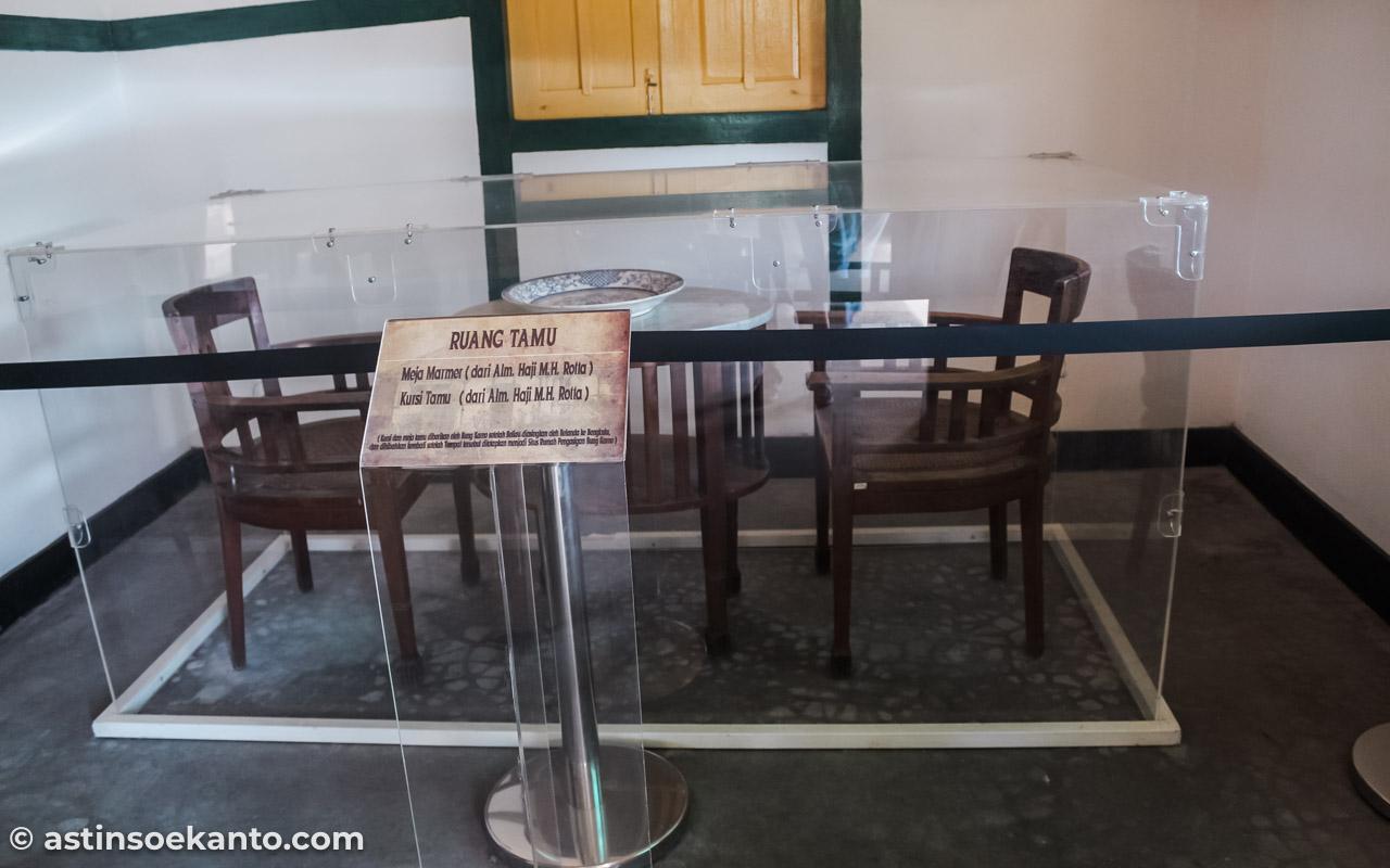 Meja dan Kursi yang ada di Ruang Tamu - Rumah Pengasingan Bung Karno Ende