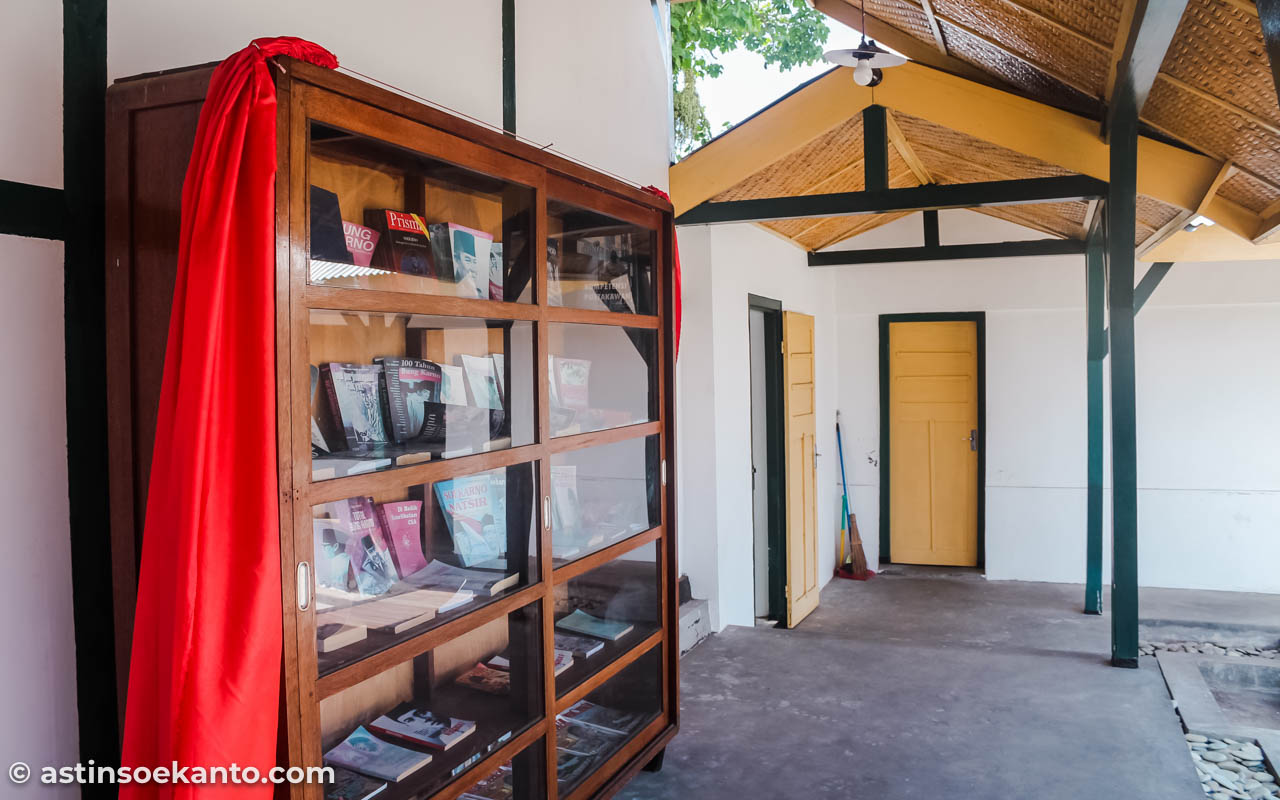 Rak buku di ruang belakang Rumah Pengasingan Bung Karno Ende