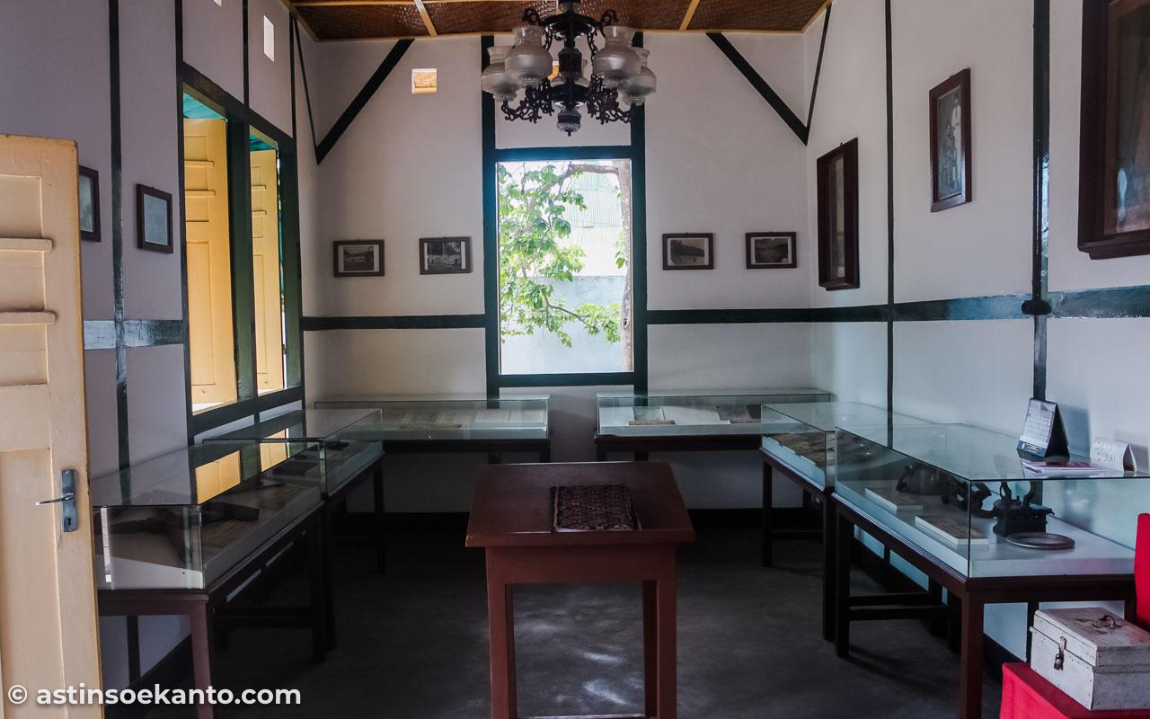 Ruang depan sisi kanan Rumah Pengasingan Bung Karno Ende