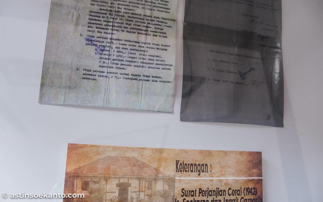Surat Cerai Bung Karno dengan Bu Inggit, dengan saksi-saksi: Muhammad Hatta, Ki Hajar Dewantara dan Haji Mas Mansoer