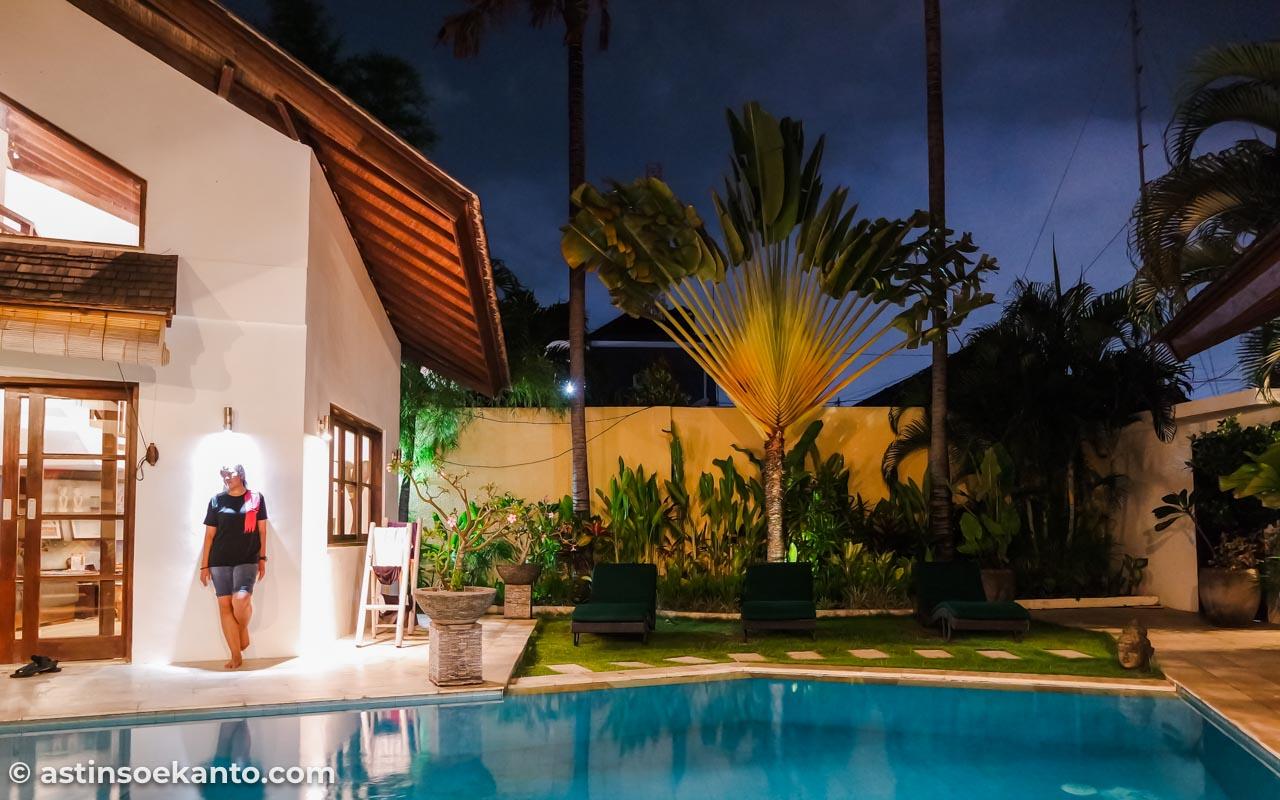 Saya lupa alasan kenapa saya harus berpose seperti ini di Villa Origami Seminyak Bali