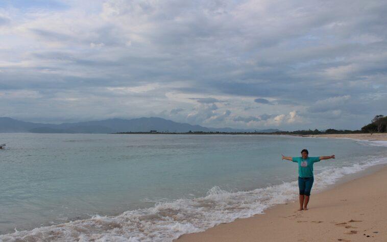 Uniknya Ombak Lakey Beach