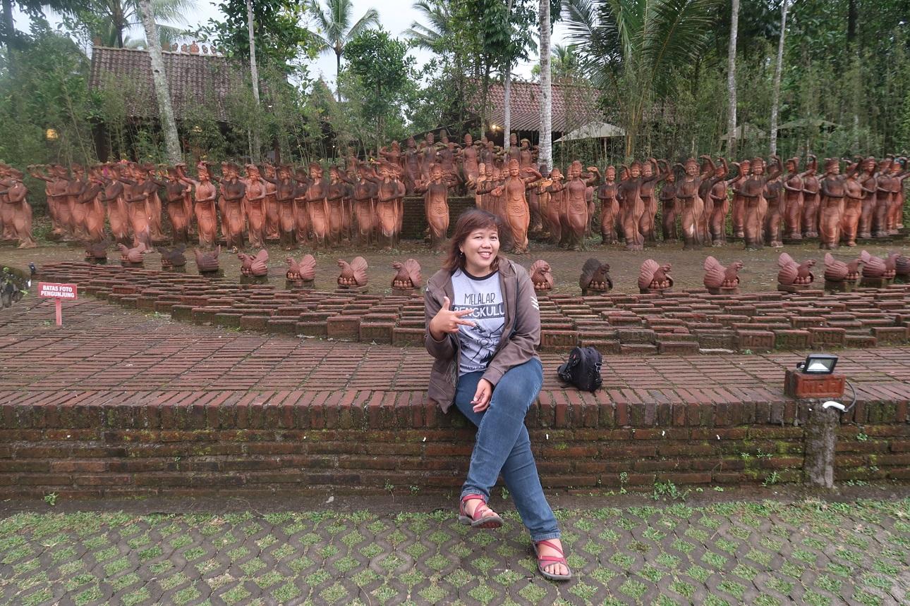 Patung-patung penari Meras Gandrung
